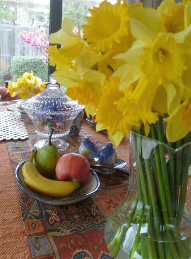 blog-photo-gallivanta-spring-table-with-daffodils