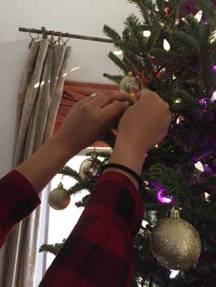 blog-photo-christmas-2016-hands-and-ornaments